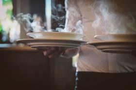 100 sätt att bli en skitbra servitör (bonus: sex vetenskapligt bevisade sätt att få mera dricks och ett boktips)